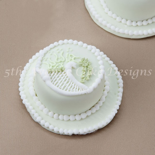 Traditional royal icing trellis, over piping and string work tutorial