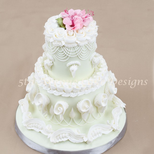 learn the technique to piping royal icing using the lambeth method of cake decorating
