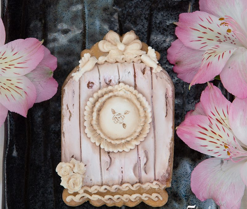 Vintage Birdhouse Cookie with a Wood Effect
